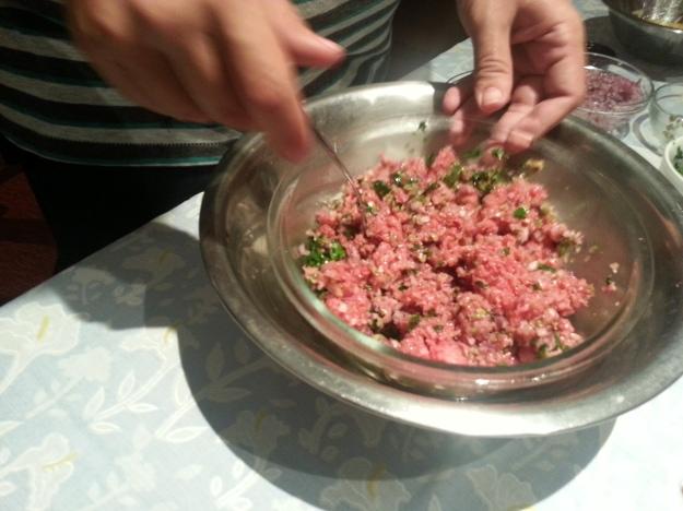 Feita a emulsão, comece a misturar todos os ingredientes junto com a carne... Está pronto seu tartare!