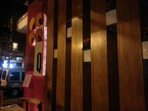 A fachada é bonita, assim como a decoração moderna e o bar.. O Q tem ambiente bem descolado..