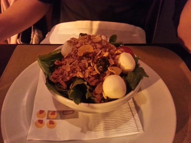 A salada derrapou.. Apresentação ruim em recipiente que dificultou a degustação e sabor sem equilíbrio..